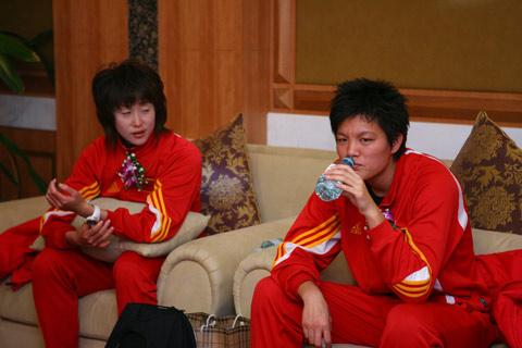 图文:搜狐中国之队合作发布会 渴了就喝点水