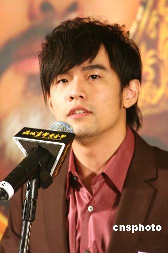 周杰伦28岁生日好友进贡 刘畊宏送吸尘器(图)