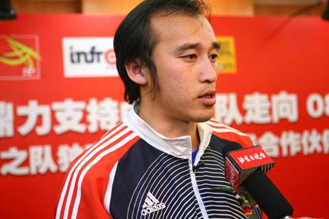 图文:搜狐中国之队合作发布会 记者采访陶伟