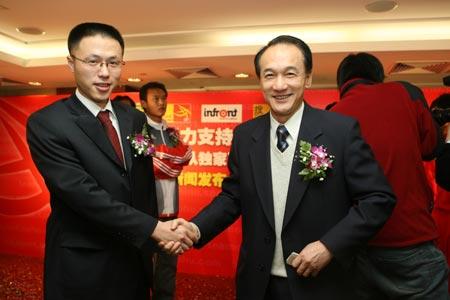 图文:搜狐中国之队合作发布会 敖铭谢亚龙握手