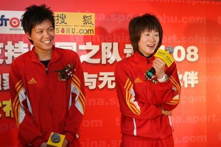 图文:搜狐中国之队合作发布会 玫瑰开怀大笑