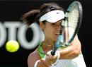 图文:澳网李娜晋级十六强 在比赛中奋力击球