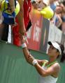 图文:澳网李娜晋级女单16强 接受场下球迷祝贺