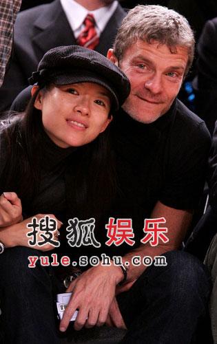 章子怡与外籍男友贴面看球 满脸堆笑甜蜜幸福