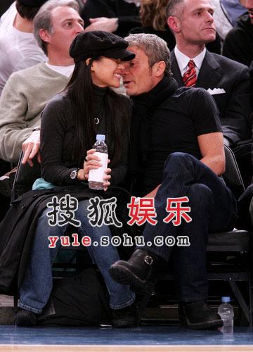 NBA图:章子怡携男友观战NBA 亲密咬耳朵
