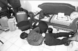 同伙卧底充内应 三男子持钢珠枪抢北京地下赌场