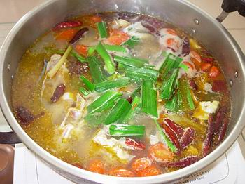 烧一锅热水,这时用另一口锅开火烧热猪油炒香花椒(捞起),放入其