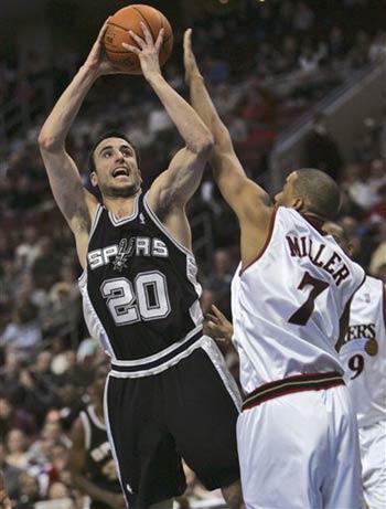 NBA图:76人主场战马刺 安德烈米勒防守吉诺比利