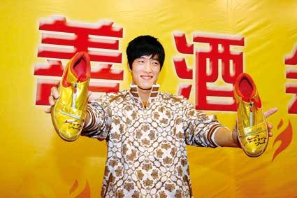 慈善会明星联欢刘翔迟到 签名战靴拍得15万(图)