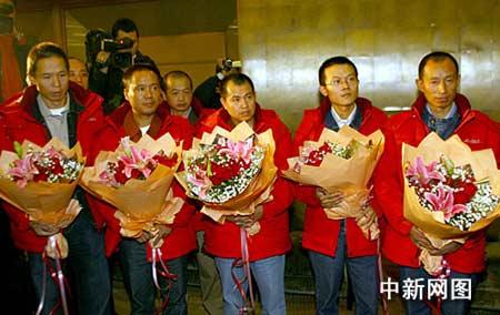 孔泉迎接获救中国工人 称领导人曾作出具体批示