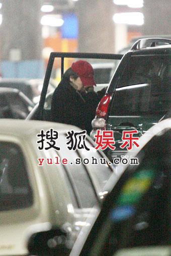 """独家:""""单身""""崔健心情好 孤独返京机场寻车"""