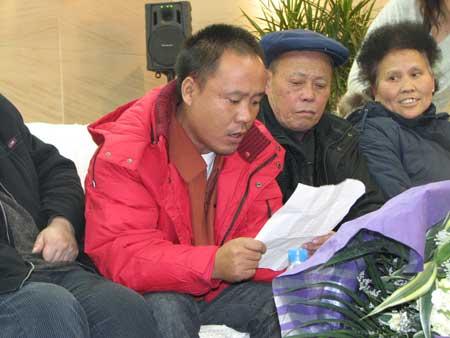 在尼被劫持人员返回家乡四川 受到热烈欢迎(图)