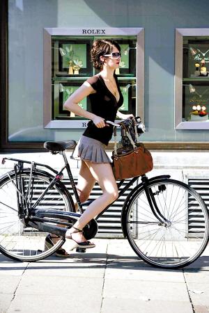 见到高挑的荷兰少女骑自行车上下班. 杨 勤 摄-荷兰单车比人多图片
