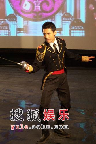 黄征变身西洋剑太子《爱情傻瓜》演绎