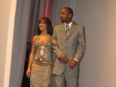 NBA图:火箭慈善晚会 阿尔斯通和妻子