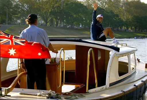 图文:美少女玩球猛男坐游艇 冈萨雷斯打招呼