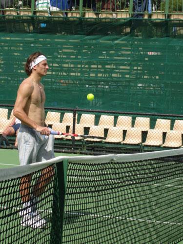 图文:球星训练比拼性感 罗布雷多巅网球