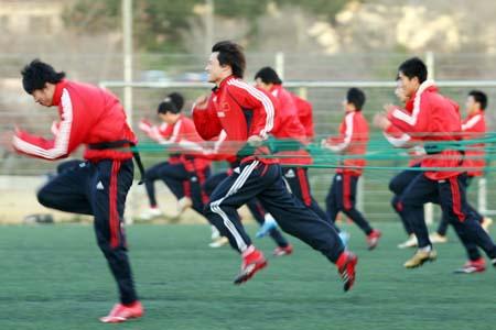 图文:国奥采用绳式训练法 郜林狂奔