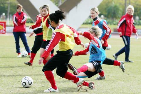 图文:07年女足四国邀请赛 德国女足抵穗后首练
