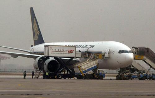 新加坡航空公司一客机发动机起火迫降