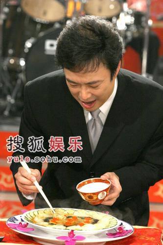 费玉清尝美食媚态百出 与张菲兄弟同台频出彩
