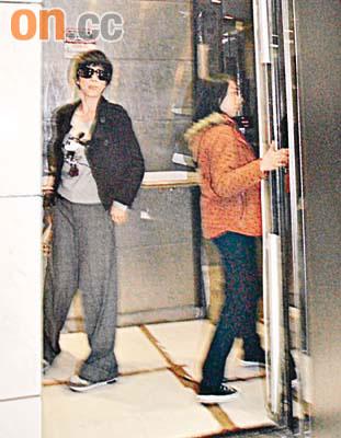 刘嘉玲坐私人飞机返港 台湾首富郭台铭体贴护航