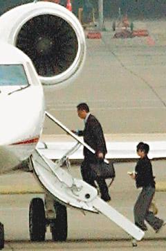 郭台铭五亿元私家飞机护花 与刘嘉玲结伴返港