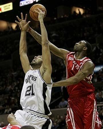 NBA图:常规赛火箭胜马刺 麦迪背后阻击邓肯
