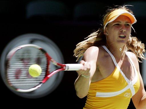 图文:07澳网第11比赛日 瓦迪索娃正手回球