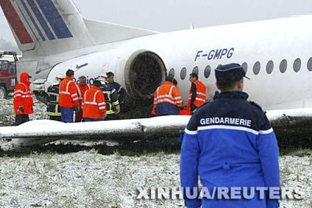 法国航班起飞与大鸟相撞 紧急迫降扎死卡车司机