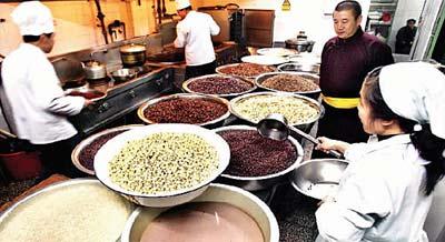 北京雍和宫腊八舍粥3000碗 选29种原料重771斤