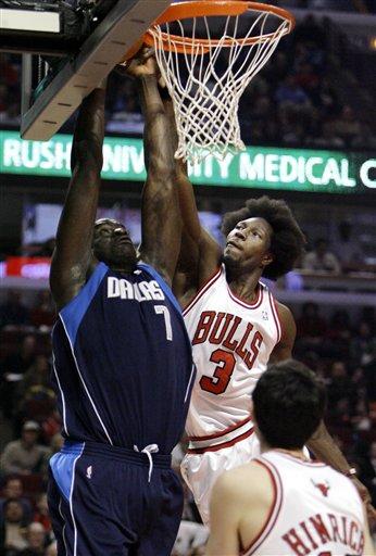 NBA图:小牛不敌公牛  大本钟拼命防守