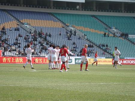 图文:中国女足VS英格兰 中国队庆祝进球