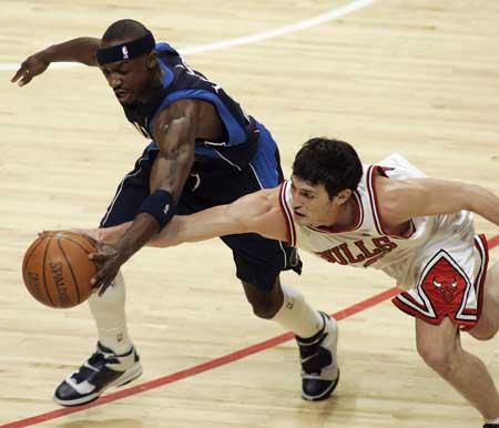 图文:NBA公牛斗小牛 双龙抢珠比的就是手速