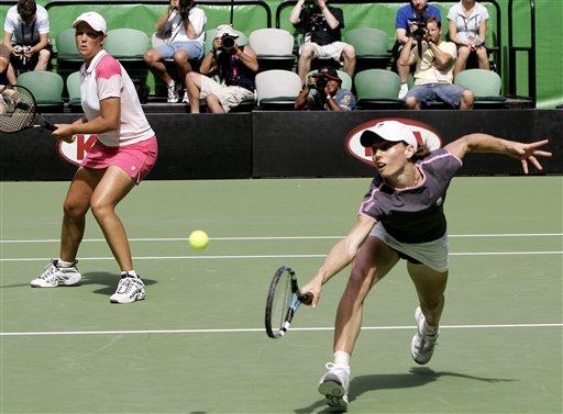 图文:07澳网女双决赛 胡贝尔组合配合默契