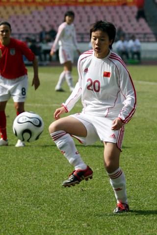 图文:四国赛中国女足VS英格兰 刘卅停球