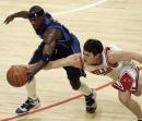 NBA图:公牛主场胜小牛 欣里希与特里拼抢积极