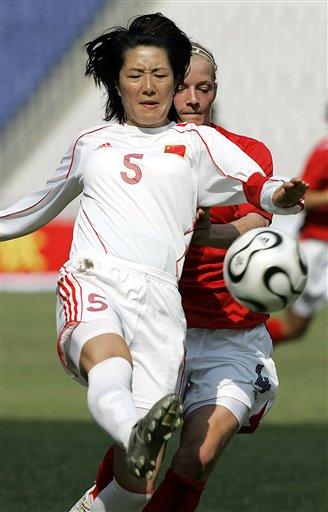 图文:四国赛中国女足VS英格兰 浦玮和对手拼抢