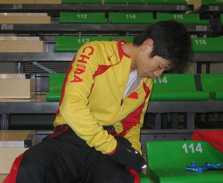 图文:短道比赛在即中国队轻松热身 队员李野
