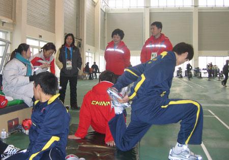 图文:短道比赛在即中国队轻松热身 训练场景