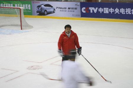 图文:男子冰球赛前热身 冰球教练项树清
