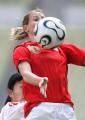 图文:女足四国赛中国开门红 史密斯比赛中拼抢