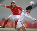 图文:女足四国赛中国开门红 双方争顶头球
