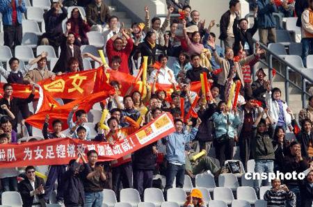 图文:女足四国赛广州开战 球迷们现场呐喊助威
