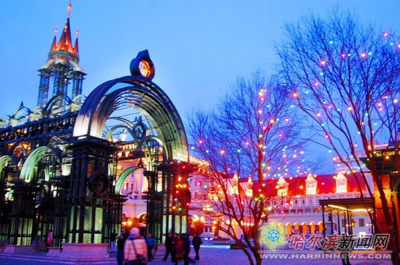 艺术 广场/近日,新扩建的建筑艺术广场灯饰亮化工程全面完工。