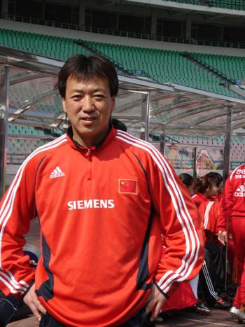 图文:女足四国赛中国2:0英格兰 守门员教练哈威