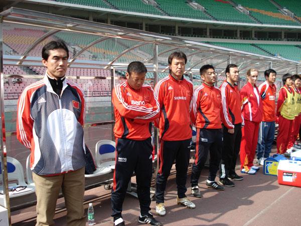 图文:女足四国赛中国2:0英格兰 教练合影