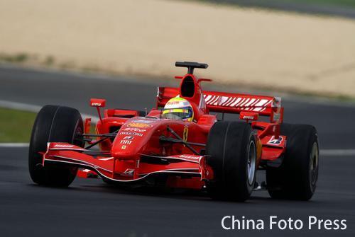 图文:法拉利F2007试车发生意外 马萨座驾撞墙