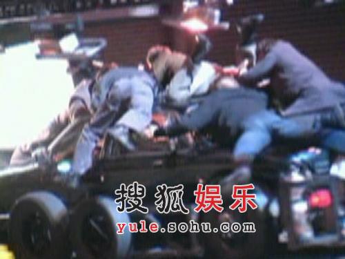 妮可-基德曼拍片惨遭意外 陷车祸险境表情扭曲