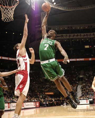 NBA图:凯尔特人客场输猛龙 杰弗逊展腹扣篮